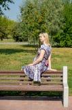 Expectant matka w parku Zdjęcia Stock