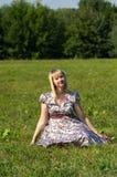 Expectant matka w parku Obrazy Royalty Free