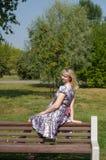 Expectant matka w parku Zdjęcie Royalty Free
