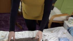 Expectant matki ułożenie odziewa gdy będą ubranym zbiory wideo