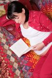 Expectant mother reads book Royalty Free Stock Images