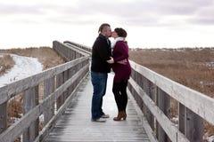 Expectant pary całowanie obrazy stock