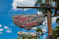 A expedição do cruzeiro da selva assina dentro o reino mágico em Walt Disney World fotos de stock