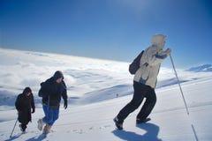 Expedición alpestre que sube Mt. Sar Planina foto de archivo
