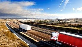 Expedición internacional Camiones que llevan mercancías y la carretera imagen de archivo