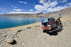 Expedición a la moto real cultic de Enfield a lo largo de las montañas roadless de Karakoram de las zonas Fotos de archivo libres de regalías