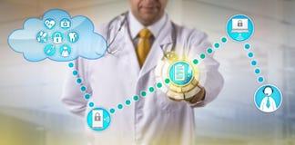 Expediente de Exchanging Electronic Medical del médico imagen de archivo