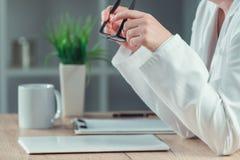 Expediente paciente del historial médico de la lectura femenina del doctor fotos de archivo libres de regalías