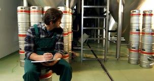 Expediente que mantiene del cervecero en el tablero 4k metrajes