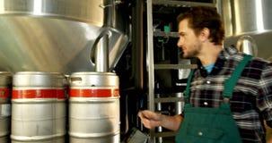 Expediente que mantiene del cervecero en el tablero 4k almacen de video