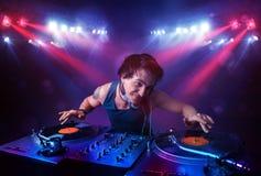 Expedientes de mezcla de DJ del adolescente delante de una muchedumbre en etapa Foto de archivo