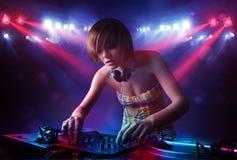 Expedientes de mezcla de DJ del adolescente delante de una muchedumbre en etapa Imágenes de archivo libres de regalías