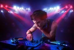Expedientes de mezcla de DJ del adolescente delante de una muchedumbre en etapa Fotos de archivo