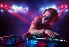 Expedientes de mezcla de DJ del adolescente delante de una muchedumbre en etapa Fotografía de archivo
