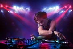 Expedientes de mezcla de DJ del adolescente delante de una muchedumbre en etapa Fotografía de archivo libre de regalías