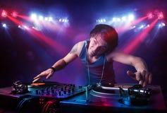 Expedientes de mezcla de DJ del adolescente delante de una muchedumbre en etapa Imagen de archivo