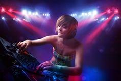 Expedientes de mezcla de DJ del adolescente delante de una muchedumbre en etapa Fotos de archivo libres de regalías