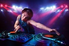 Expedientes de mezcla de DJ del adolescente delante de una muchedumbre en etapa Foto de archivo libre de regalías