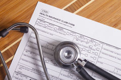 Expedientes, pluma y estetoscopio del seguro médico Fotografía de archivo libre de regalías