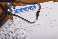 Expedientes y estetoscopio del seguro médico fotografía de archivo libre de regalías