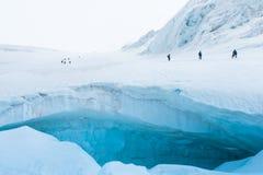 Expedition av fotvandrare i de sn?ig branta bergen arkivfoton