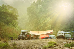 Expedition Rocky River Campsite des Regenwald-4x4 Lizenzfreie Stockfotos