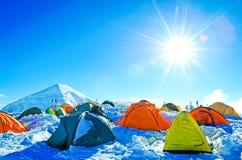 Expedition som campar i tält på Mount Everest Royaltyfri Bild