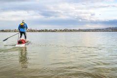 Expedition står upp paddleboard på sjön Arkivfoto