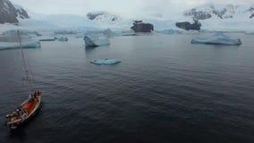 Expeditionyacht på kusterna av glaciären Andreev stock video