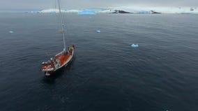 Expeditionyachten seglar till kusten av Antarktis Andreev lager videofilmer