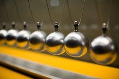Experiência cartesiana da lei de conservação do impulso com globos Foto de Stock Royalty Free