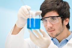 Experiência da química - cientista no laboratório Imagem de Stock Royalty Free