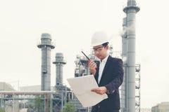 Experiência de trabalho asiática do homem e eletricista ocupacional profissional do coordenador com controle de segurança na indú foto de stock
