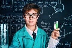 Experiência química no laboratório imagem de stock royalty free