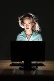 Experiência surpreendente do computador para a mulher bonita Fotos de Stock