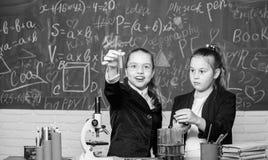 experiências da ciência no laboratório de química Pesquisa da química Pouco trabalho do cientista com microscópio Meninas dentro foto de stock royalty free
