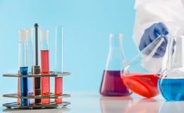 Experiências em um laboratório de química conduzindo uma experiência no laboratório imagens de stock royalty free