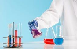 Experiências em um laboratório de química conduzindo uma experiência no laboratório fotos de stock