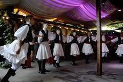 Experiencia auténtica y local en casa rústica con las danzas griegas imágenes de archivo libres de regalías