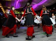 Experiencia auténtica y local en casa rústica con las danzas griegas imagen de archivo