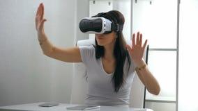 Experiencia de la mujer joven con realidad virtual almacen de video