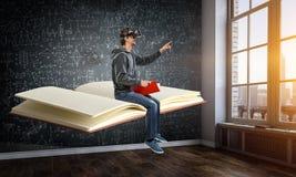 Experiencia de la realidad virtual, hombre joven en vidrios de VR T?cnicas mixtas fotos de archivo libres de regalías