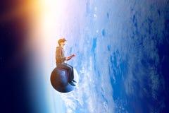 Experiencia de la realidad virtual, hombre joven en vidrios de VR T?cnicas mixtas fotos de archivo