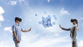 Experiencia de la realidad virtual Tecnolog?as del futuro T?cnicas mixtas foto de archivo libre de regalías