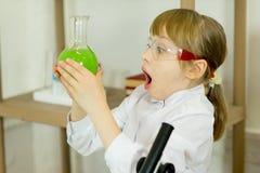 Experiment för ung flickadanandevetenskap royaltyfria foton