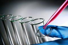 Experiment im Wissenschafts-Forschungs-Labor Lizenzfreie Stockfotos