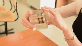 Experiment met magneet en ijzerpoeder stock video