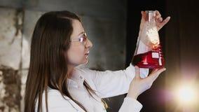 Experiment mit roter Flüssigkeit in einer Flasche stock video