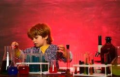 experiment Zur?ck zu Schulbildung concet Chemiewissenschaft Biologieexperimente mit Mikroskop Junior-Jahr lizenzfreie stockfotografie