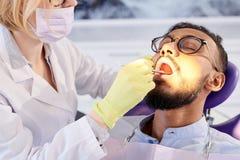 Experimentar el relleno dental imagenes de archivo